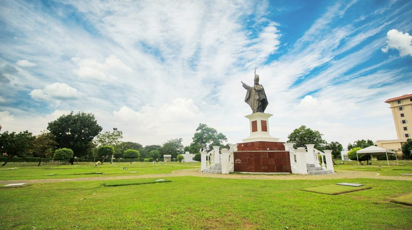 Las Pinas Pope John Paul Statue